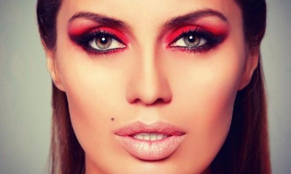 Эксперты оценили умственные способности женщин с ярким макияжем